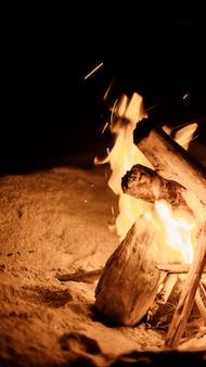해변에서 모닥불