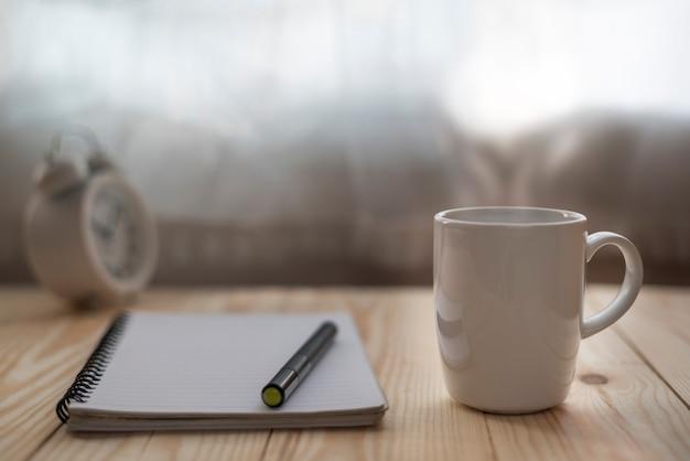 机の上の本とコーヒーカップ
