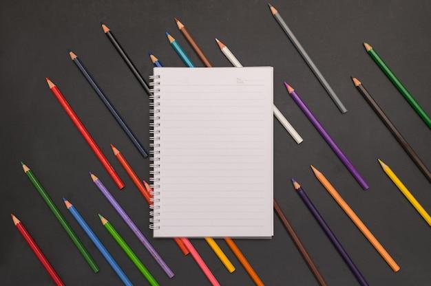 Книга и цветные карандаши снова в школу и концепцию образования