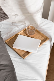 침대 위에 책과 차 한잔 무료 사진