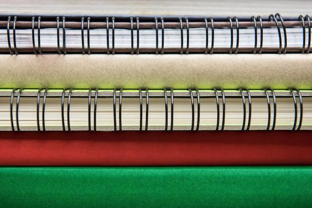 ブックとノートブックの棘を積み重ねて Premium写真