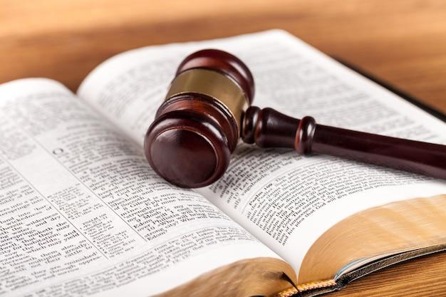 本と木製のガベル、正義の概念