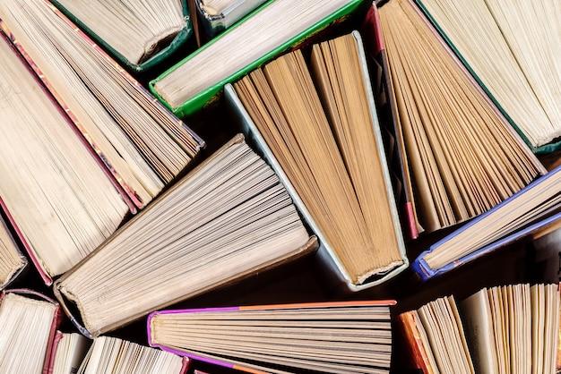 Книжный фон. старые книги в библиотеке. плоский вид сверху