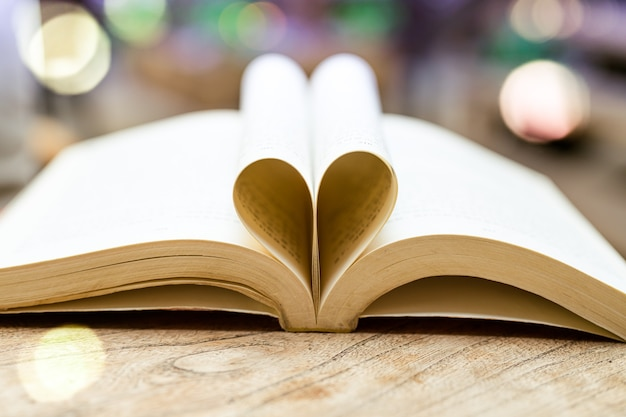 ハートの形の本、知恵と教育の概念、世界図書と著作権の日 Premium写真