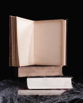 黒い背景に本のモックアップ