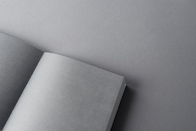 책 모형, 종이 표면에 빈 회색 시트가 있는 열린 책. 상위 뷰, 텍스트를 위한 공간, 플랫 레이