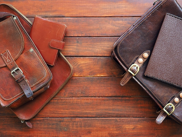 Книжная записка бумажник lehter портфель на деревянном фоне