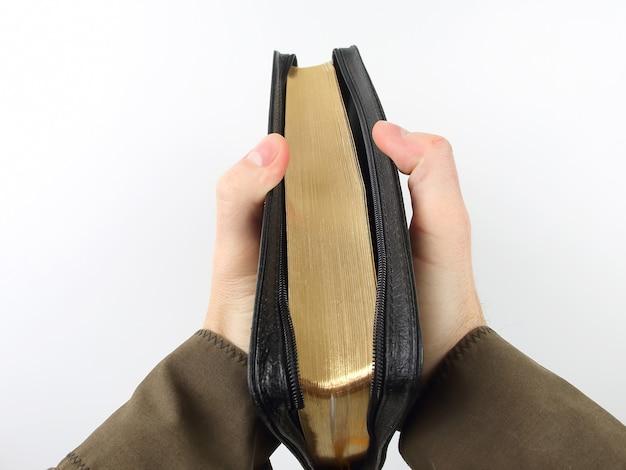 手に聖書の本