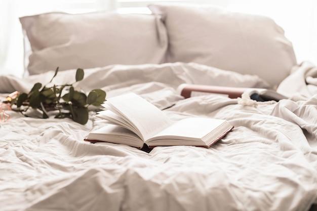 Книга на кровати