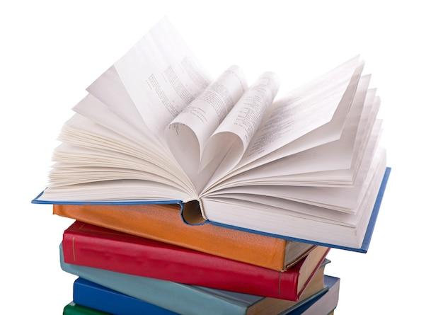 책이 열리고 책 페이지가 심장 화려한 배경으로 굴러갑니다.