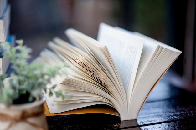 机の上に置かれた本たくさんの本、勉強、知識、教育のための美しい色-画像