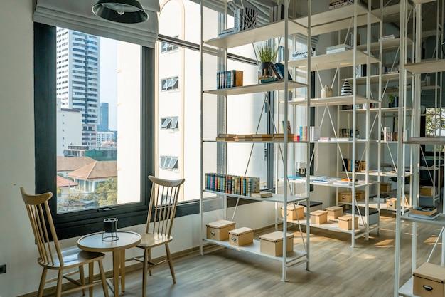 モダンな住宅団地のアメニティの本を共有する部屋。本の交換