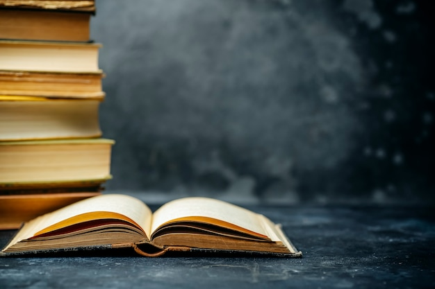 Книжка учебная образованная. библиотека и словарь фона. обучение студентов в университетах и колледжах, школьников в школе и концепции дистанционного обучения на дому