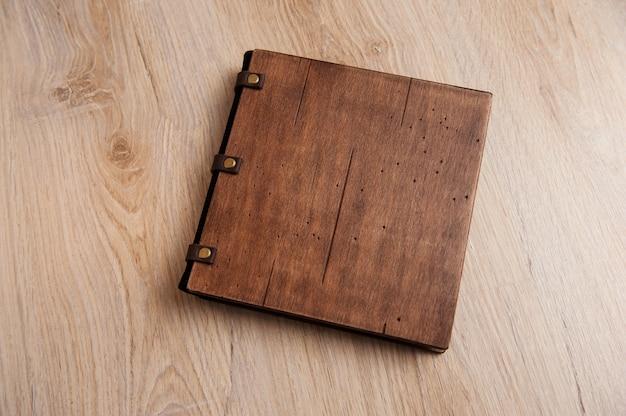 木製のテクスチャに木製のカバーが付いた本。