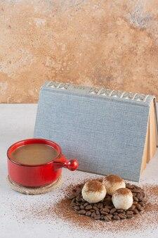 Un libro con aroma gustosa tazza di caffè su sfondo bianco. foto di alta qualità