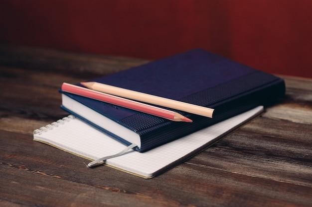 Книга с объектом офисных документов карандашей блокнота на деревянном столе. фото высокого качества