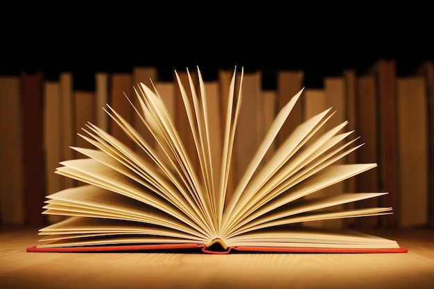 Книга с красной твердой обложкой на столе