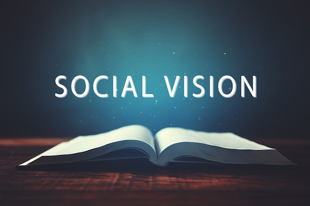 Книга с текстом социального видения на экране