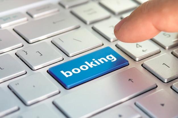 インターネットでの交通機関のチケットの予約。オンラインでホテルを予約。フライト予約、飛行機旅行のフライチェック、ウェブサイトのeチケットの購入、ビジネスコンセプト、ウェブサイトでのeチケットの購入。