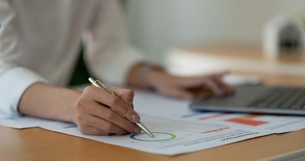 회계사 또는 재무 조사관이 보고서를 작성하고 계산합니다. 가정 재정, 투자, 경제, 저축 또는 보험 개념.