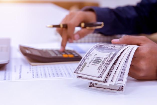 簿記者または金融検査官の手が報告をする。