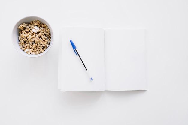 穀物とペンの小冊子模型