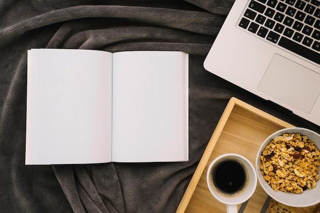 コーヒー、シリアル、ラップトップ付きの小冊子模型