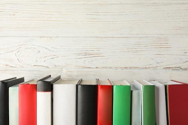 素朴な木製の背景、テキスト用のスペースに対する本