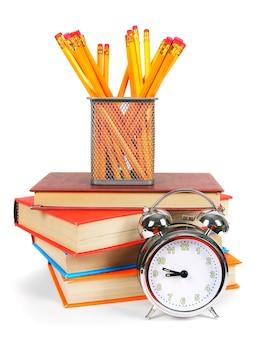 책, 알람 시계 및 학교 도구.