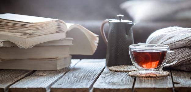 本とリビングルームでお茶