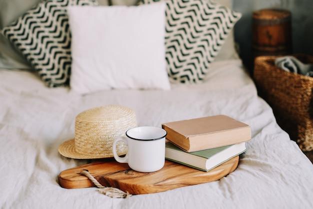 Книги и чашка кофе завтрак в постели доброе утро