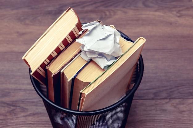 ビンの中の本としわくちゃの紙