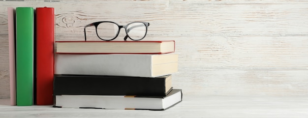 本と素朴な木製の背景、テキスト用のスペースのメガネ本と素朴な木製の背景、テキスト用のスペースのメガネ