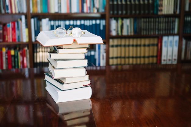 도서관에서 테이블에 책과 안경