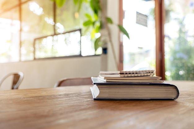 책과 나무 테이블에 노트북