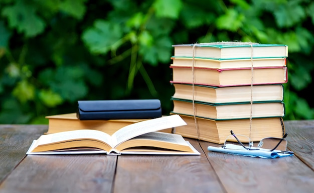 정원 테이블에 책과 돋보기