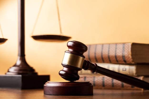 本とテーブルの上の木製のガベル。正義の概念