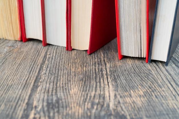 本が並んでいます。赤い表紙の本。本のページでのトレーニングと教育。