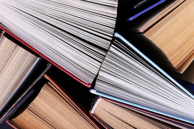 책은 무작위로 서 있습니다. 책 배경, 지식은 힘입니다.