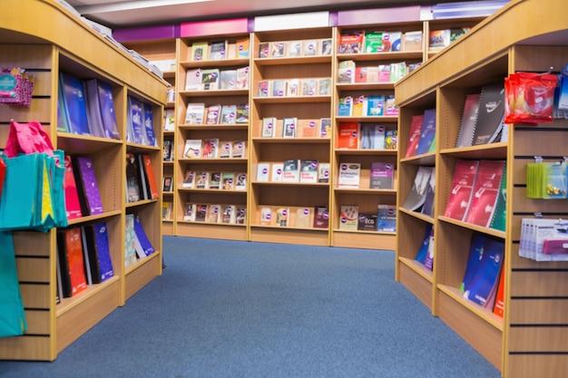 Книги, размещенные на полке