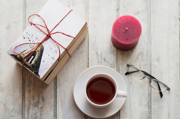 Книги, кофе, свечи и очки