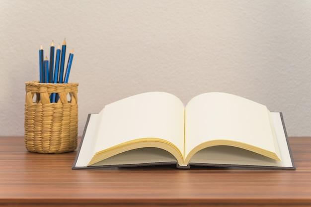 Книги, документы и канцелярские товары находятся на столе