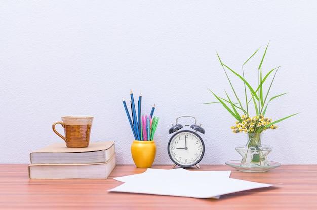 Книги, документы и канцелярские товары в столе