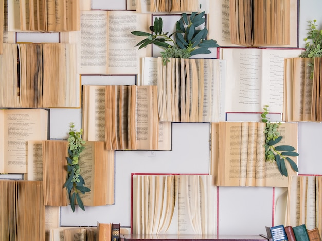 Книги в интерьере. украшение открытых книг на стене