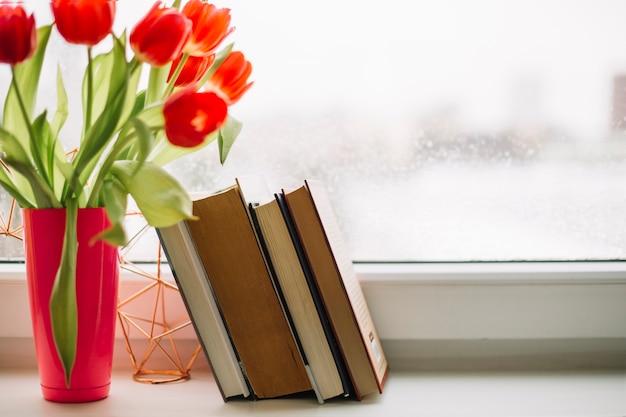 Книги рядом с тюльпанами Бесплатные Фотографии