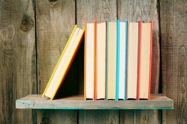 木製の棚の本。木製のテーブルの上。