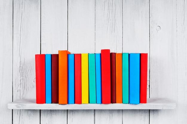 木製の棚の本。木製の白い背景に。