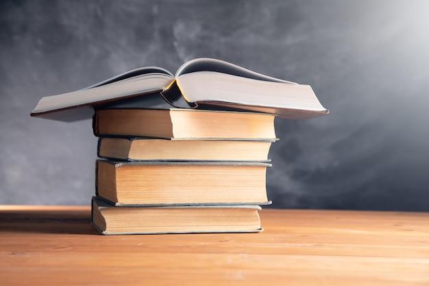 木製のテーブルの本