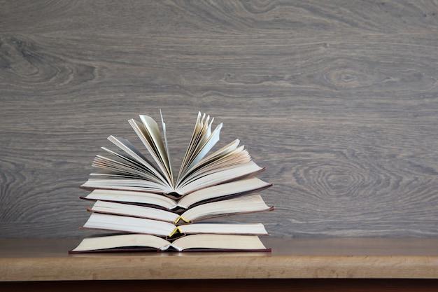Книги на деревянном столе