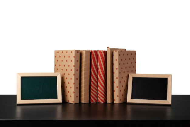 Книги на черном столе на белом фоне